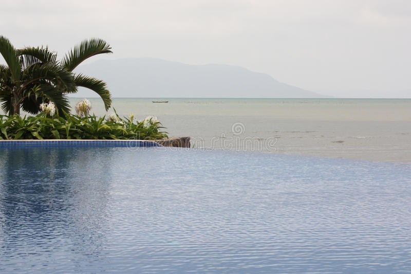 Тропический Seascape с бассейном в переднем плане, Gulf of Thailand стоковое фото