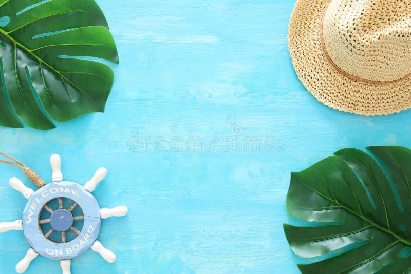 Тропическое изображение перемещения каникул и лета с морской жизнью вводит объекты в моду Взгляд сверху стоковое фото