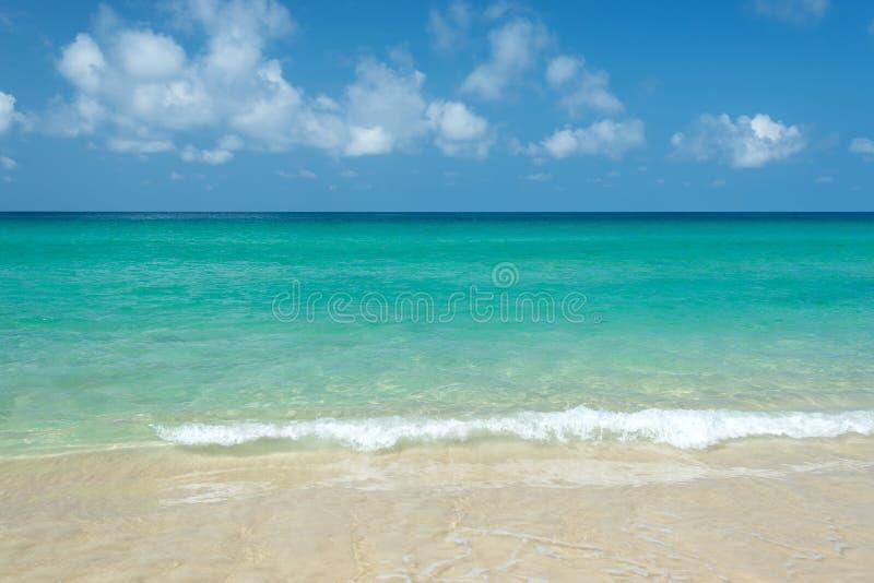 Тропическое море с голубым небом и облаками стоковая фотография rf