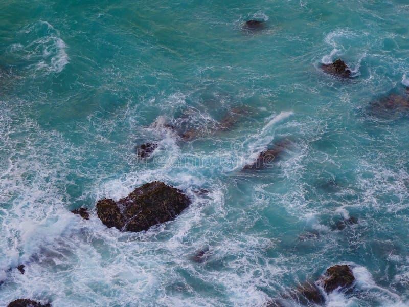 Тропическое море с утесами стоковое изображение