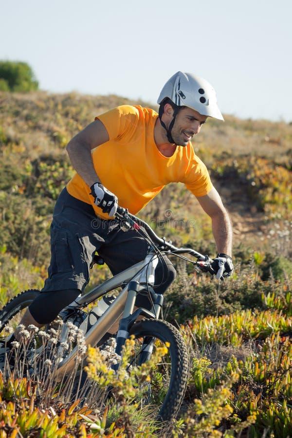 Тропка катания велосипедиста горы стоковое фото rf