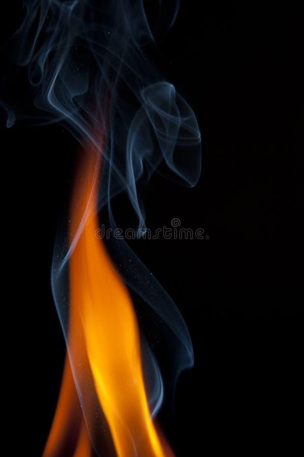 тропки дыма пламен померанцовые стоковая фотография