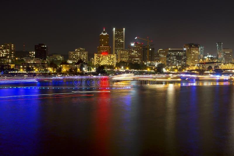 Тропки света шлюпки на реке в Portland Орегоне стоковая фотография rf