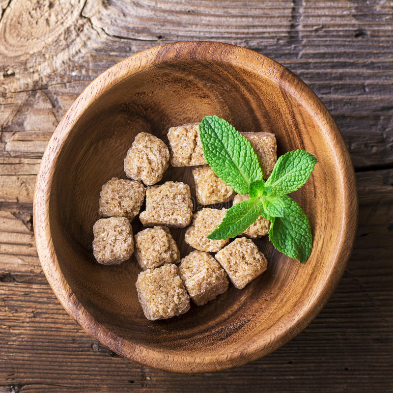 Тростниковый сахар кубов естественный коричневый в деревянном шаре на предпосылке Концепция натуральных продуктов Селективный фок стоковые изображения rf