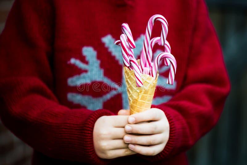Download Тросточки конфеты в конусе Waffle мороженого Стоковое Фото - изображение насчитывающей ручка, конус: 81801352