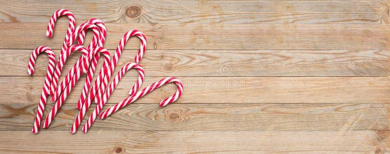 Тросточки конфеты на деревянной предпосылке, космосе экземпляра стоковые изображения