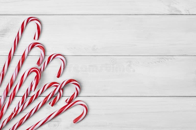Тросточки конфеты рождества на белой деревянной предпосылке стоковая фотография rf