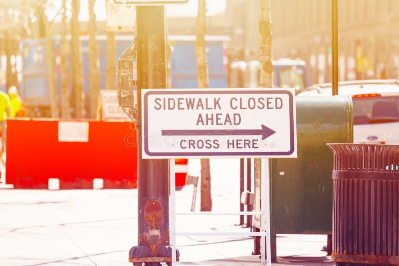 Тротуар видимости закрыл вперед перекрестное здесь в Чикаго стоковые фотографии rf