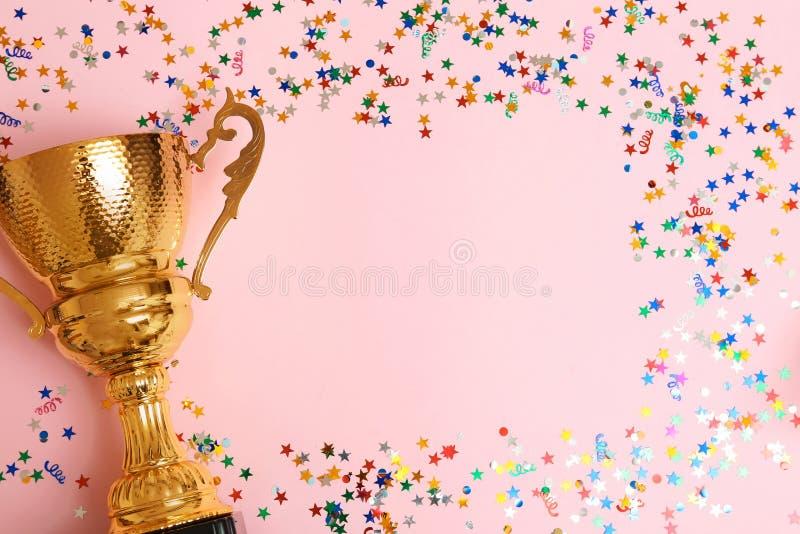 Трофей и рамка confetti на предпосылке цвета, взгляде сверху стоковое фото rf