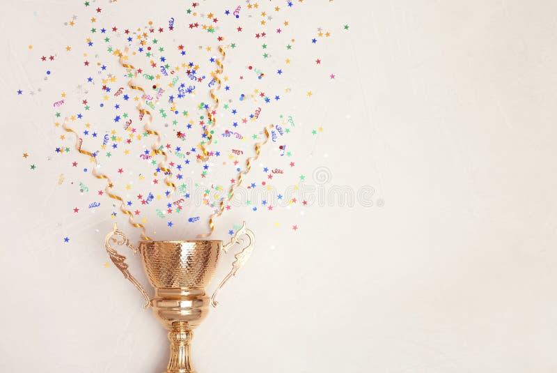 Трофей и confetti на светлой предпосылке, взгляде сверху стоковая фотография