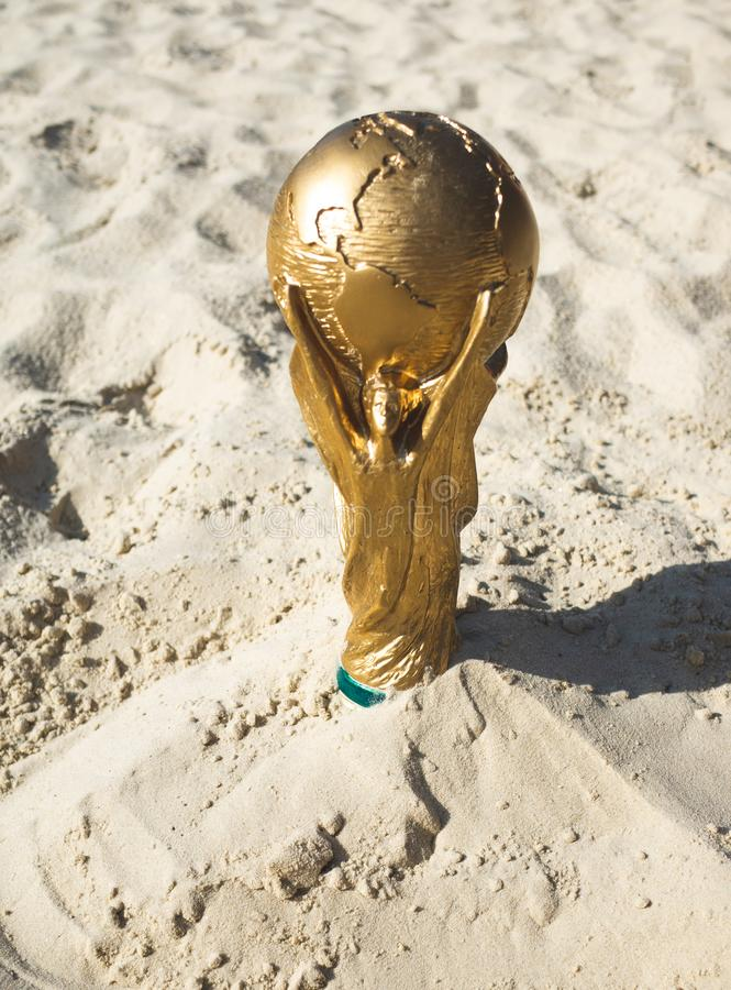 Трофей кубка мира похороненный в песке стоковые изображения rf