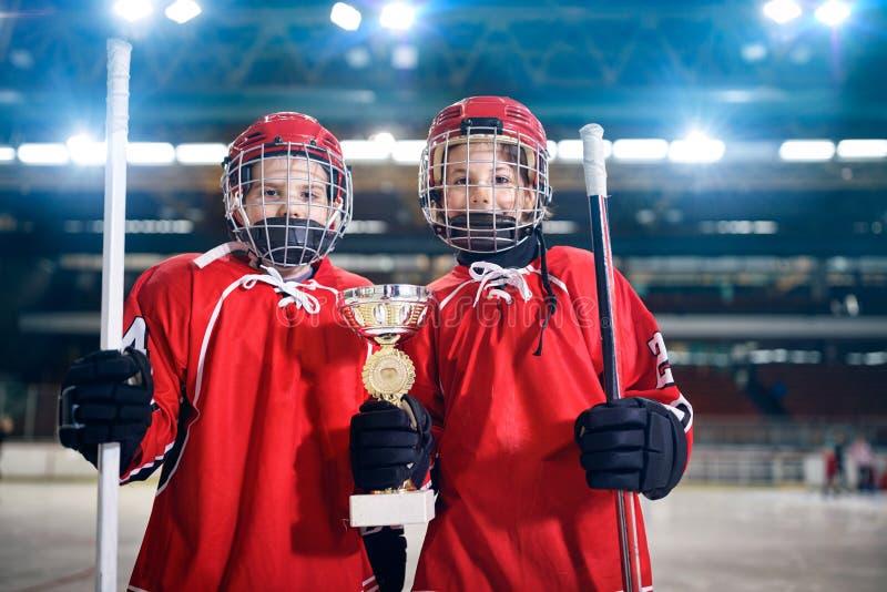 Трофей победителя хоккея на льде игроков мальчиков стоковые изображения rf