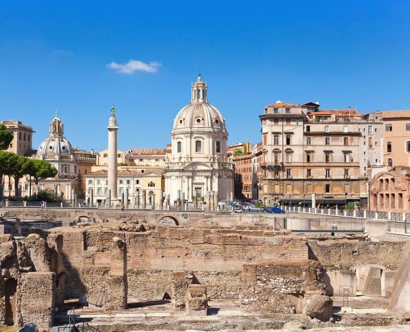 Троянский столбец, церков Santa Maria di Loreto и руины форума Trajan. Рим. стоковые фото