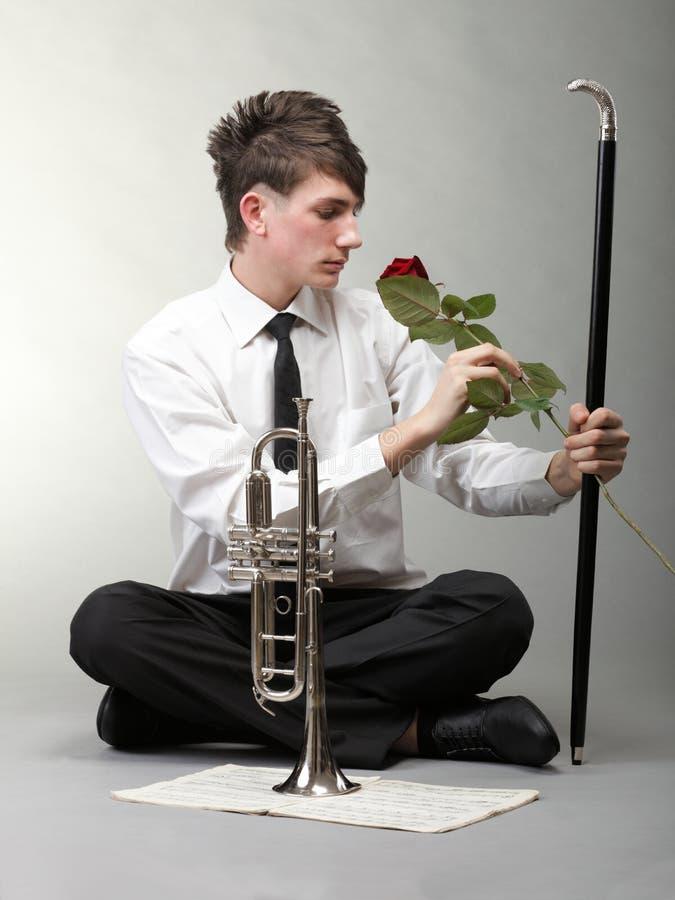 Труба влюбленности молодого человека портрета влюбленнаяся стоковые фотографии rf