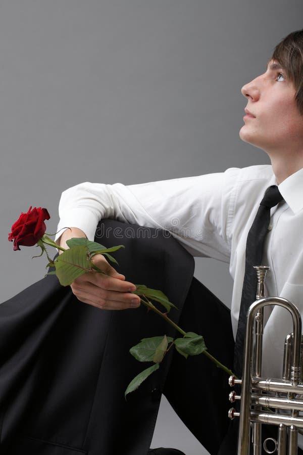 Труба влюбленности молодого человека портрета влюбленнаяся стоковое изображение