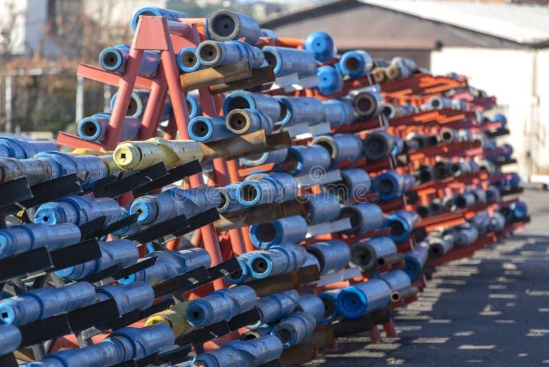 Труба и буровые наконечники используемые в нефтедобывающей промышленности стоковая фотография rf