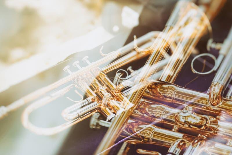 Труба музыки желтая лежа на коробке ткани стоковое изображение rf