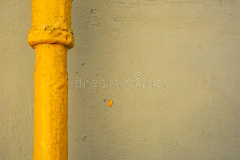 Труба покрашенная в желтом цвете стоковое фото rf