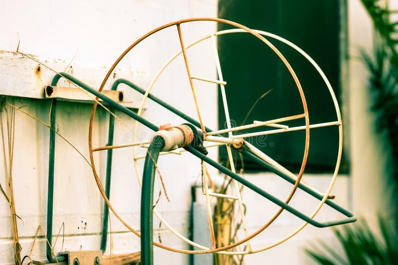 Труба сада поливая из шланга колесо стоковое фото rf