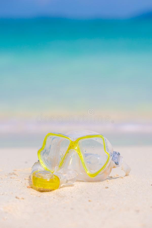 Трубка маски оборудования шноркеля snorkeling лежа на каменном море пляжа стоковое фото rf