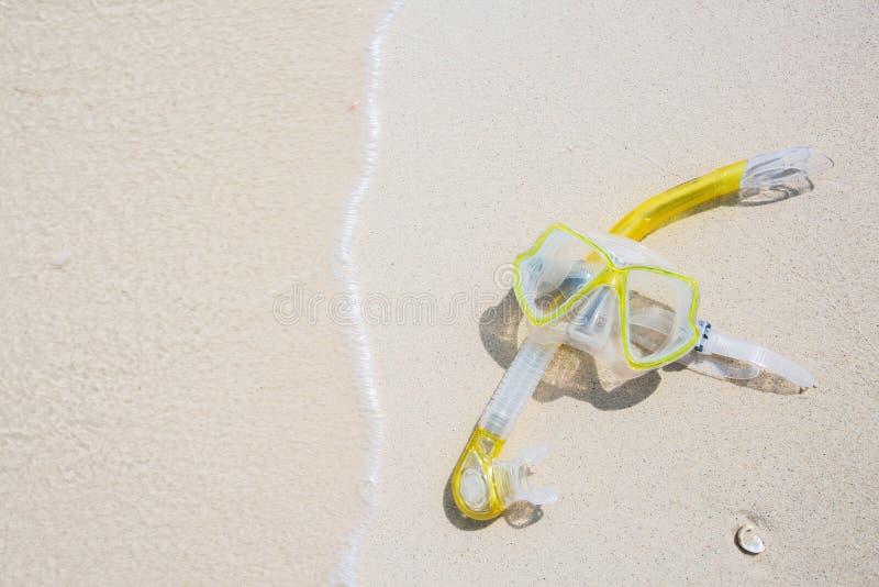 Трубка маски оборудования шноркеля snorkeling лежа на каменном море пляжа стоковое изображение rf