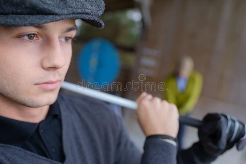 Трубка нося молодого человека стоковые изображения rf
