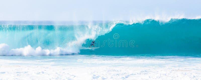 Трубопровод Слейтера Келли серфера занимаясь серфингом в Гаваи стоковая фотография rf