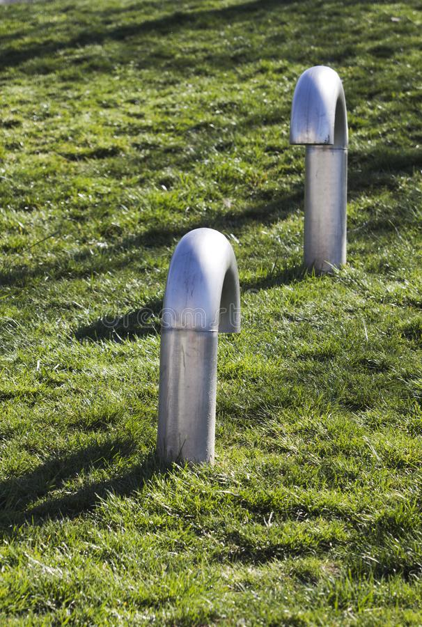 2 трубы вентиляции металла встречают на парке, подготавливают для проблемы? стоковая фотография rf