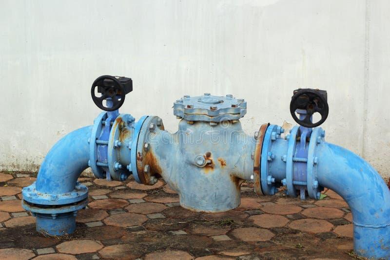 Трубы водопровода голубого ржавого металла промышленные с клапаном стоковая фотография