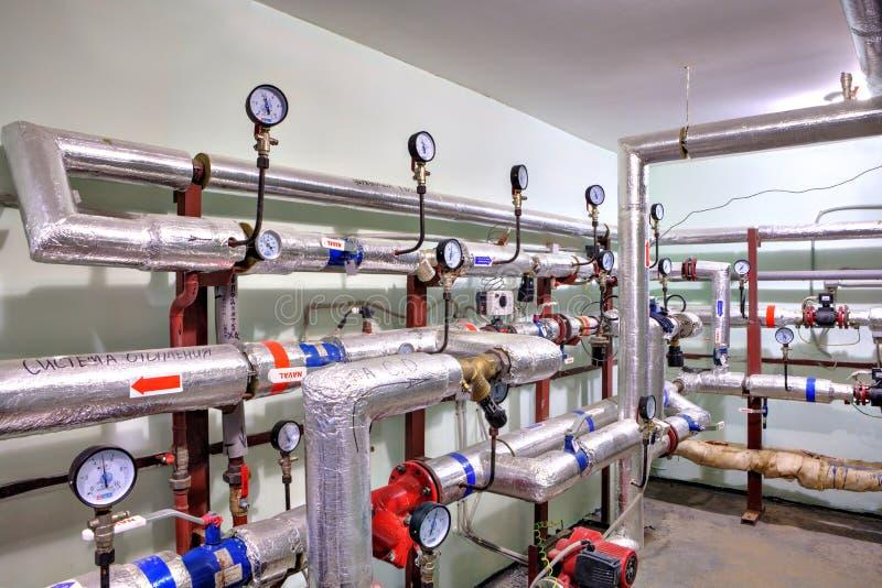 Трубы горячей воды и топления с механизмами управления стоковая фотография rf