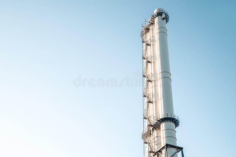 Трубы завода против голубого неба стоковое изображение rf