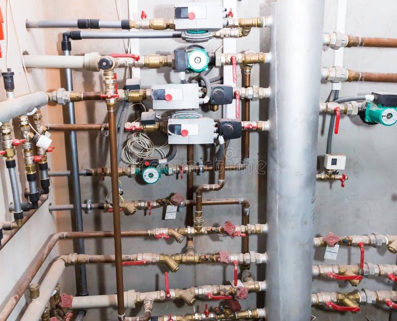 Трубы и клапаны системы отопления стоковая фотография rf