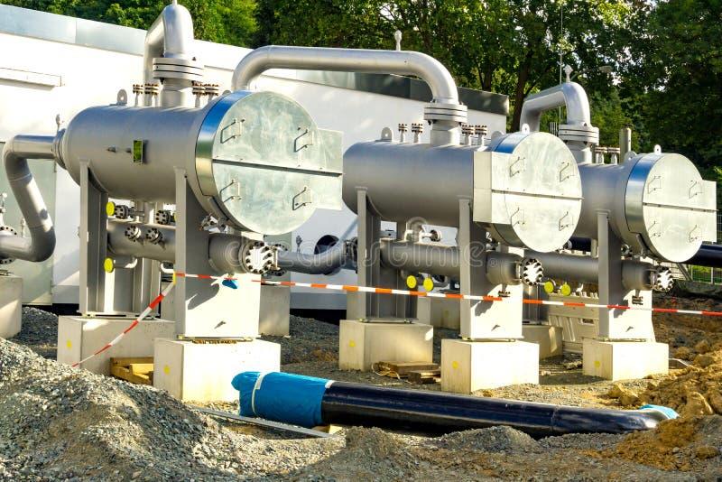 Трубы и трубки газа прикрепленные в белую стену стоковые изображения rf