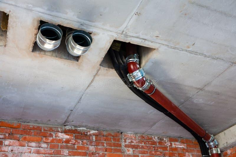 Трубы нечистот, вентиляции, водоснабжения в созданном интерьере стоковые фотографии rf