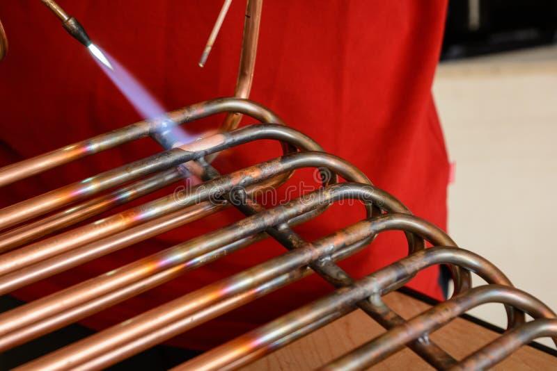 Трубы работника соединяясь медные - конец-вверх стоковая фотография rf