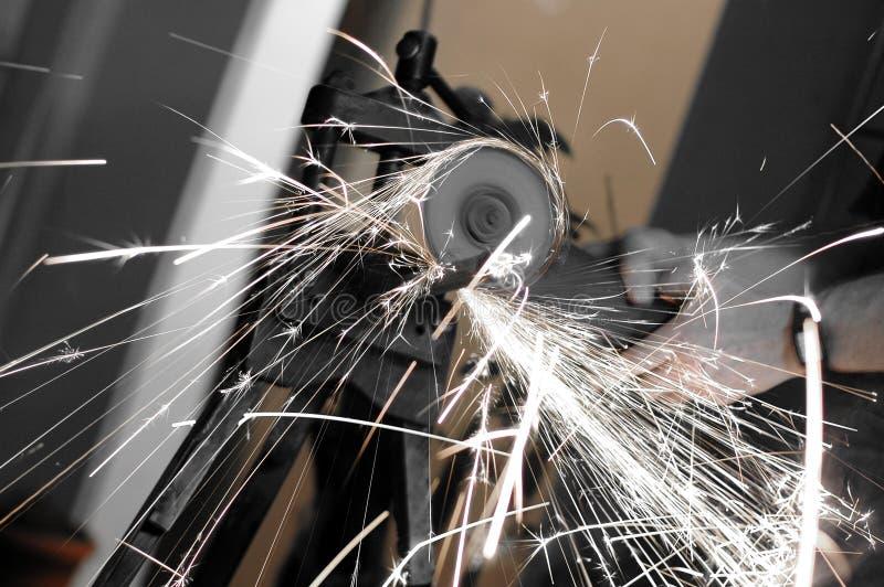 трубы точильщика вырезывания угла используют waterwork стоковая фотография rf