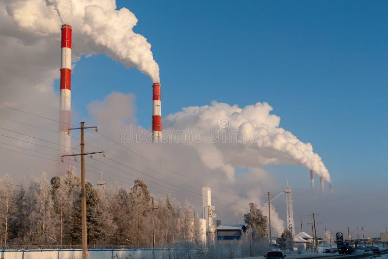 Трубы электрических станций тепловой мощности красиво курят стоковое фото