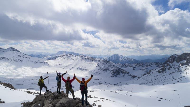 труднодоступных горы и успешные альпинисты стоковые фотографии rf