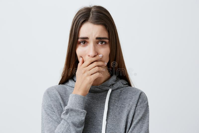 Трудные моменты в жизни Закройте вверх молодой красивой кавказской девушки с длинными волосами в стильный серый плакать hoodie стоковые фото