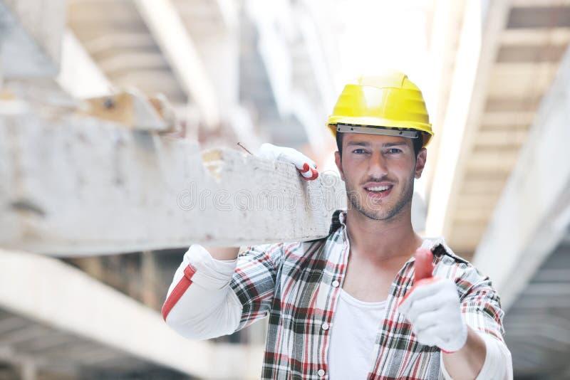 Трудный работник на строительной площадке стоковое фото rf