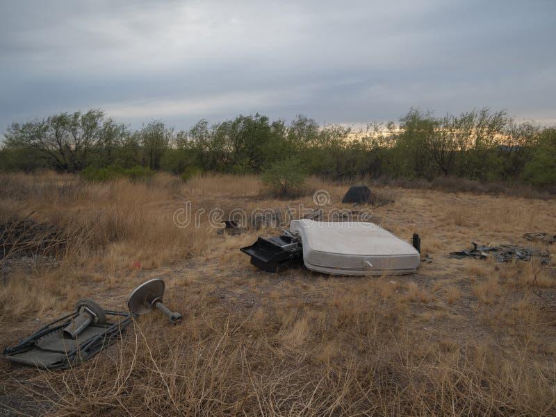 Труп, брошенный в пустыне на закате стоковое фото rf