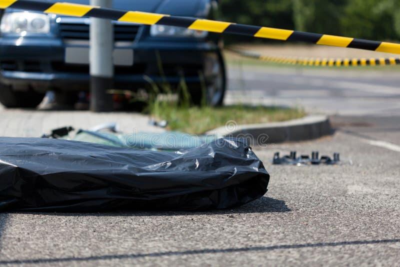 Труп в полиэтиленовом пакете после автомобильной катастрофы стоковые фото