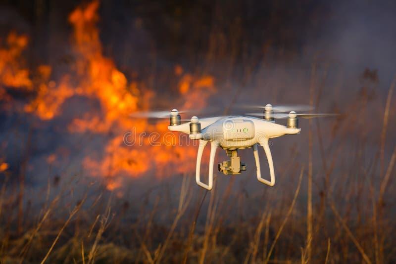 Трутень летания в огне стоковое фото