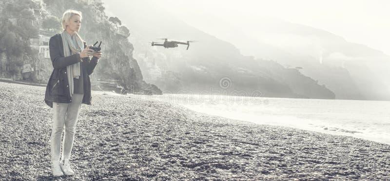 Трутень летания маленькой девочки над итальянским побережьем стоковые фотографии rf