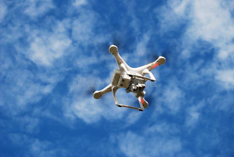 Трутень летания на небе стоковое изображение