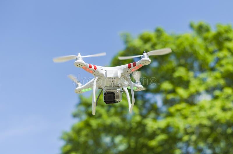 Трутень летания с камерой стоковые изображения