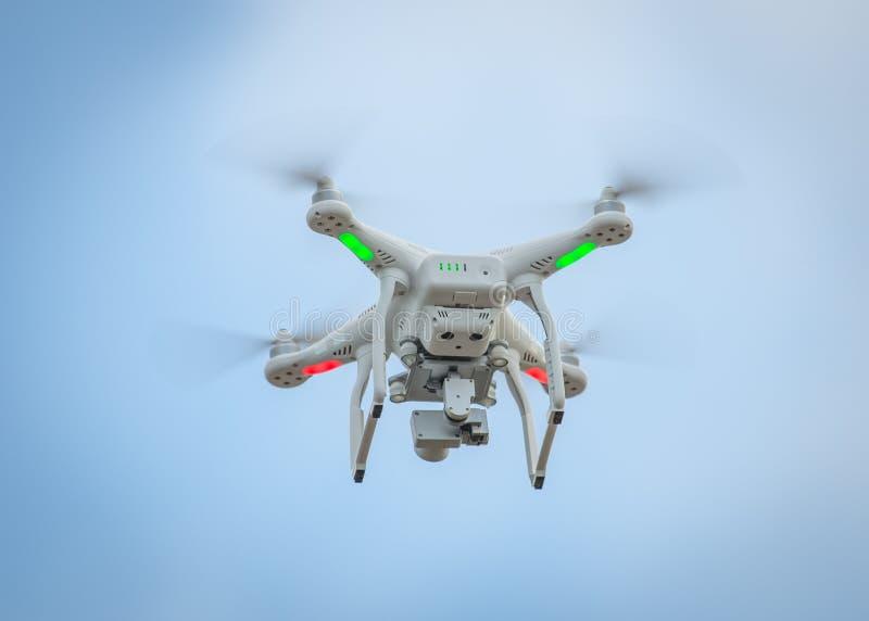 Трутень летания с камерой стоковое изображение rf