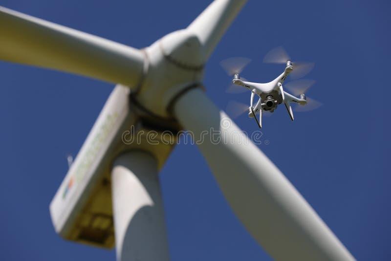 Трутень завиша над ветротурбинами, возобновляющая энергия стоковое фото