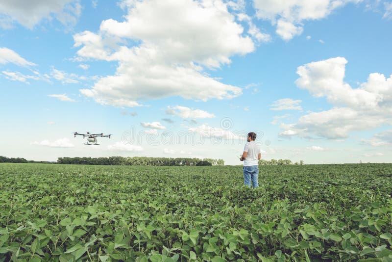 Трутень земледелия компьютерного управления wifi пользы фермера техника на зеленом поле стоковое фото rf