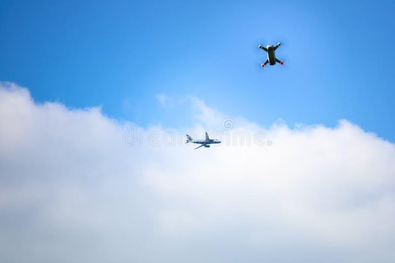 трутень игрушки и предпосылка голубого неба самолета стоковое изображение